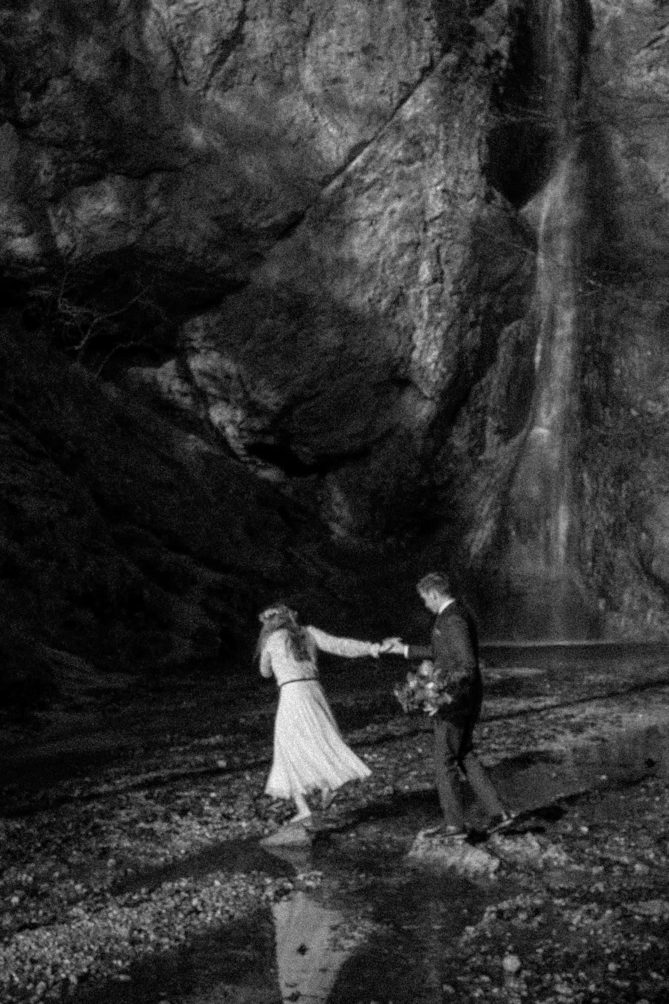 Elopement, Waterfall, Elopement Fotograf, Elopement Hochzeit, Elopement, Shooting, Couple shooting, Emotions, Hochzeitsfotograf Salzburg